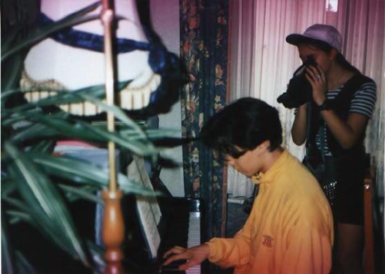 :奥里夫在弹琴,旁边摄像者是他的姐姐
