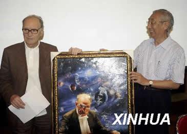 2009年5.22日(72岁)在北京意大利使馆文化处代表中国乐迷向莫里康内(Ennio Morricone)大师敬献礼品
