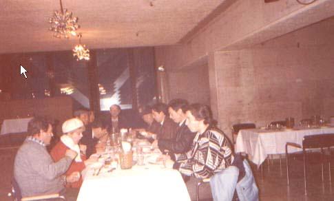 lajiao 1991年在俄罗斯与接待人员一起用餐