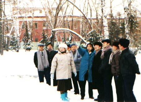 1991年在西伯利亚由玛莉太太引导观看列宁楼.右起第三位是笔者 lajiao