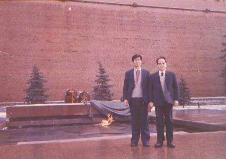 左为笔者与同事在红场上的圣火旁留影.背景为克里姆林宫红墙. lajiao