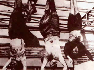 1945年4月,墨索里尼携情妇逃往德国途中被游击队抓获,28日被处决,这是他们的尸体倒挂在米兰广场