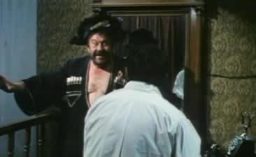 抢住进大师原来房子的评论家波波夫正在犯头痛,他突然发现沃兰德教授和他的两个助手忽然幽灵似地走了进来