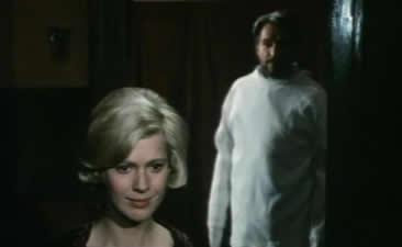 玛格丽特拿着一朵红色的玫瑰在等着大师.
