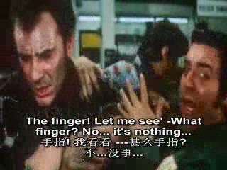 马萨不小心切掉了自己手指,工人们赶上来救护他