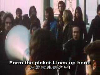 工人在大门口拉起警戒线,不允许任何人到工厂上班.`