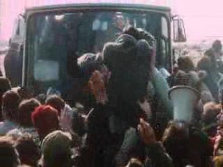 一辆大客车载着一批职员想要通过,马萨冲上前去把里面的职员拉下来示众,现场发生了混乱