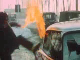 有的工人跑过来砸碎了车间主任小汽车的玻璃,有人放火烧了汽车.