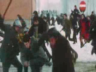 警察赶过来驱散骚乱的人群,殴打示威者