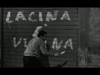 """卡米洛带着他的同学深夜到社会党总部门前刷标语 """"LA CINA è VICINA"""" (中国已近) 被前来巡夜的警察发现."""