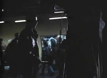 在地铁人群中,他被一个小流氓用刀子逼到一个角落