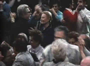 在前往米兰的火车上,他恰好遇到了一个退休老人协会组织的旅游团