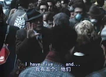 马特奥乘坐火车到了米兰,下车后在拥挤的人群中,一个中年男子挤到马特奥面前