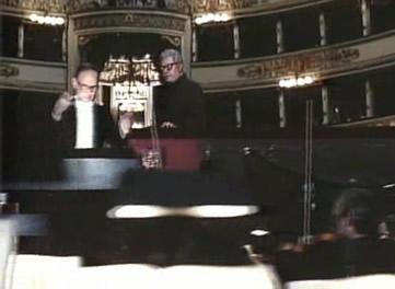 """马特奥只身来到著名的斯卡拉大剧院,看到乐队指挥(埃尼奥 莫里康内饰演),他请求大师为他演奏一段著名的""""茶花女""""第三幕的前奏曲."""
