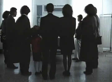 马特奥终于病倒了,当他医生的抢救下醒来时,他看到了所有子女和家庭的十个人都站在他的床前