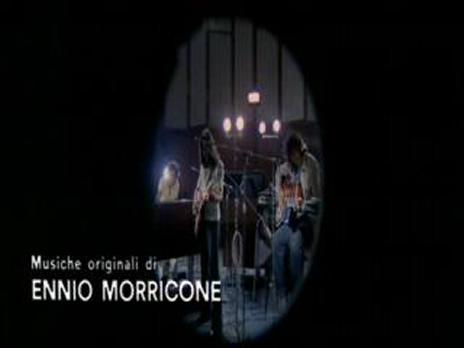"""影片显示""""灰天鹅绒上的四只苍蝇""""由莫里康内谱曲 (00:01:40)"""