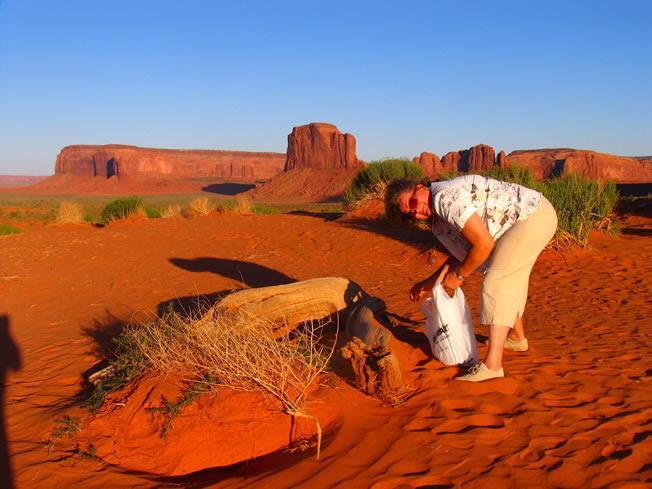 在纪念谷,码莉亚在收集红色的沙子