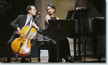 赖斯与著名大提琴家马友友(他曾演奏与发表过莫里康音乐专辑,请见这里和这里)同台演奏勃拉姆斯的D小调小提琴奏鸣曲的录像片断