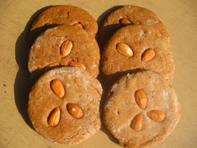 自制的表面加杏仁的姜蜜饼