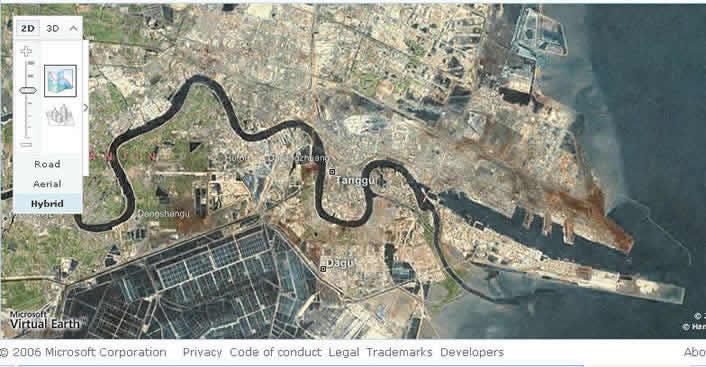 """雅虎提供的此地区最大详图,可以看清海河入海口附近的全貌,北面是新港防波堤,南面是天津石化公司.对于普通老百姓而言,这样的""""高瞻远瞩"""",恐怕只有在这里才能感受到.人们说现代化的战争是在电脑屏上控制的,看了这些图就会有更深的感受了."""