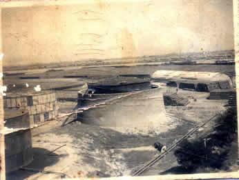 这是笔者保存的一张六十年前的亚细亚油库照片.远处可以看到海河及其对岸船只.油罐有两种结构,一种是带有围墙的,一种是裸露的.解放战争时,国民党的炮舰就在这一带海河上游弋,向解放军阵地发炮.为了安全,这里的人把那种带围墙的油灌里的油全部放光,然后清理干净,油库的职工携家带眷的躲到里面避难,那情景至今我记忆犹新.
