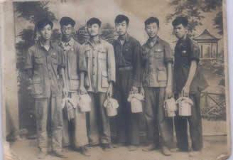 这是一张1954年的照片.记录了我们从学生到从业的欣喜心情.那时我们全被分配到车间倒班学作操作工人.每人拎一个饭盒子上班.