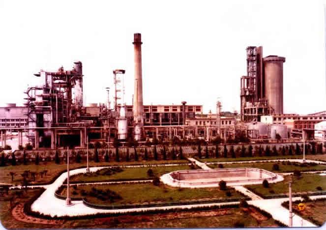 刚刚建成的栖霞山化肥厂,东侧65米高的造粒塔是否冒烟(实际是水蒸汽)是判断工厂是否生产的最直观象征.