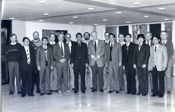 1986.12.18在托普索总部大楼与老托普索会见后合影,他给我的印象是一个和蔼可亲,精明朴实的长者