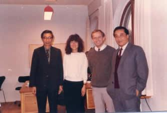 1986.12.18 和小托普索(Hanrik Topsoe)及其夫人南托普索(Nan Topsoe)合影. 小托普索现任托普索公司的付董事长,(见这里)他的夫人也和他在一起工作.她告诉我们她祖籍苏州,出生在台湾.她们俩是在美国上大学时相知相爱的.
