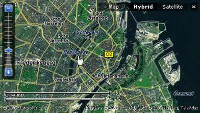 图中手指处就是五段湖的中段.地处哥本哈根市中心不远,它有点像北京的中南海,一条项链状的湖水被四座桥梁分开,因而很容易识别.湖上天鹅很多,和繁华的市区对映,颇有情趣.我们每天就从这里出发到不远处的总站转乘城市轻轨电车奔向托普索公司.市中心就在附近.