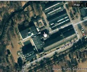 雅虎卫星地图提供的最大分辨率的照片.手指处即为总部大楼入口.如将照片逆时针旋转若干度两者完全吻合