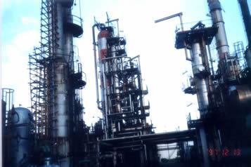 东方炼油厂是孟加拉国唯一的一座炼油厂.炼油能力仅为每年150万吨.规模和技术都还比较落后,其水平大致相当于我国二十世纪五六十年代,但它在孟国是一个非常重要的国营企业.由此也可以看出全球发展的严重失衡.缩小南北差距任重而道远