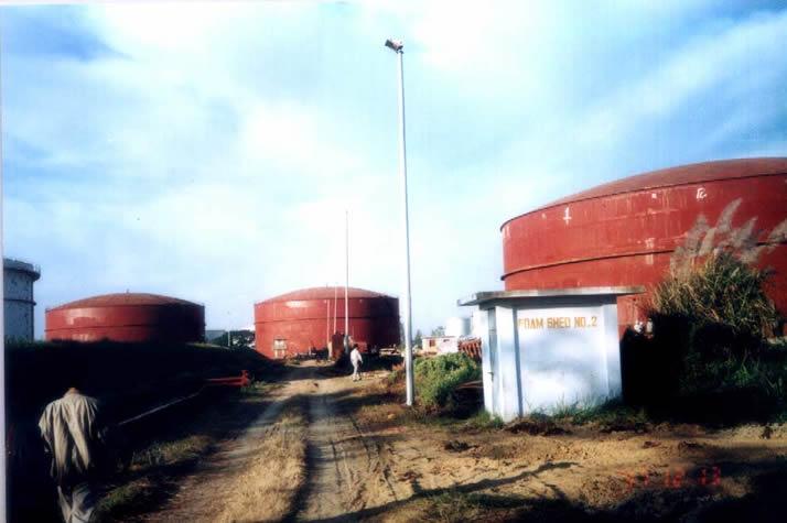 由中石化金陵公司总承包的孟加拉东方炼油厂四台13000立方米柴油罐工程现场.虽然该工程技术含量较低,但是真正以总承包的方式整体完全的承担海外工程,不仅仅是金陵石化公司的第一次,就是在中石化当时也是首次(过去多是由外国大公司总包后再分包给我方).1998年初,该工程顺利交付使用.