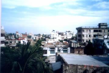 一大早五点钟,天还没太亮,窗外就传来了大啦叭的祷告声,(穆斯林每天要作5次祷告),我们也无法再睡了.从指挥部楼上向窗外望去,这些建筑和电视中常见的巴勒斯坦的城市建筑很接近.