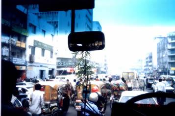 孟加拉城市街道上交通秩序很混乱,这是在达卡拍的一张照片.大量印度产的马自达冒着青烟横行直撞,自行车,行人挤成一团,有时还有水牛在街道上乱窜.从一个侧面反映出这个国家的贫穷落后面貌.