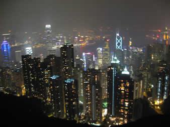 从太平山顶俯瞰香港中环一带夜景,面对流光溢彩的大千世界,灯光闪烁的富丽堂皇,有房有钱一族自然情愫�J发,兴致昂然.而对那些无力购房一族则不知作何感想