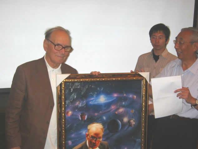 2009.5.22在新闻发布会上向大师献礼 左起 莫里康内 Ennio Morricone 孙竞 韩文光