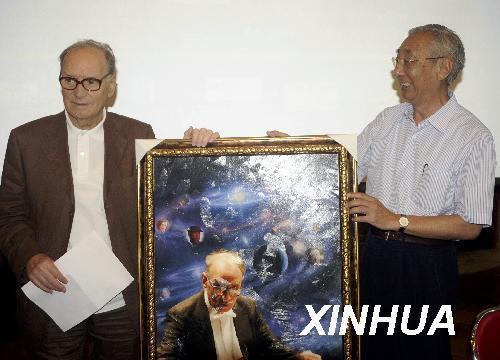韩文光代表莫迷网联在2009.5.22的莫里康内新闻发布会上向大师献礼