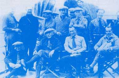 前排坐者为著名的极地探险家阿蒙森(左)埃尔斯沃斯(中)和诺比尔(右)