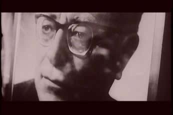 """帕索里尼在""""大鸟与小鸟""""中如下评论自己:""""我从来没有像在这部影片中这般地暴露我自己.我也从来没有为选择一部影片的主题而如此艰辛过.影片中的""""乌鸦"""",在历尽奇险,说教世人的经过中也不免遭到灭亡的下场,这也多少说明了帕索里尼本人1966年思想意识中存在着的疑惑."""