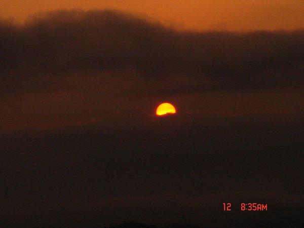 我们得到了雪山的奖赏,太阳终于笃悠悠地露脸了。我们终于见到了日照金山,这一刻,好美啊。