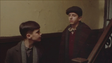 -3-Noodles和Patsy在楼梯上行走时,口哨