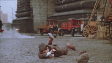 -4-Dominic和大家玩的正开心,被Bugsy枪击后在桥下摔倒时