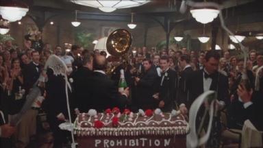 -3-蛋糕棺材那幕时开香槟的一刻