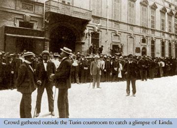 人群聚集在都灵法庭外面为了瞥见琳达