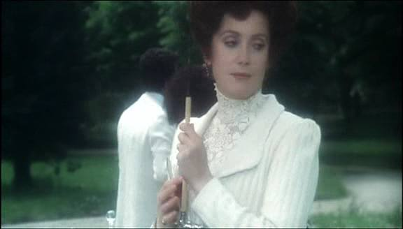 Catherine Deneuve in the film(00:09:06)