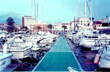 回到市内我们又到游艇专用码头去看看,这个码头很大,一眼望去,几百支各式各样的游艇静静地停靠在这里
