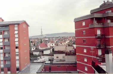 7.28一大早起床,推开窗户看看外面环境.天刚下过雨,空气显得格外清馨,能见度很好,远处的电视塔和山脉非常清晰.只可惜那时的傻瓜胶片像机很普通,拍不出很好的照片来