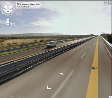 四车道的高速公路,远处可以看到山脉,高速公路基本上是顺着山区之间的平原(丘陵)地形前进的,在岛北部路段车流量还比较稀少