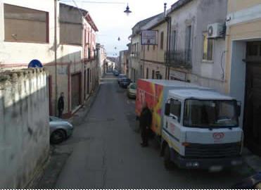 """从房子门口可以看到它的门牌是116号.不过,原来挂着的那个白底红色的""""RISTORANTE de GIOVANNA e VITTORIO""""(乔瓦尼和维托里奥餐厅)已经不见了."""